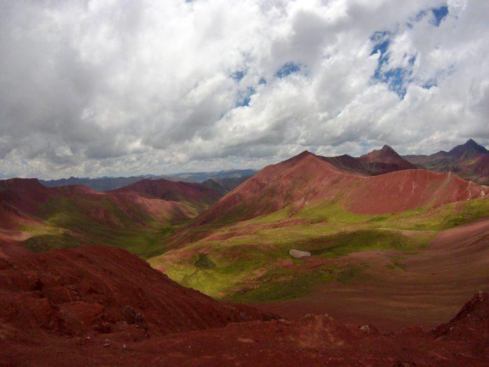 赤い荒野と緑の芝生