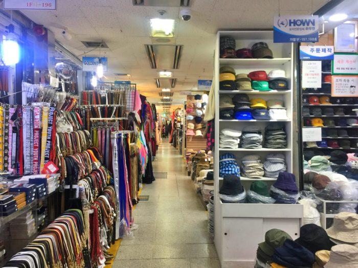 狭い通路に並ぶローカルなファッション市場