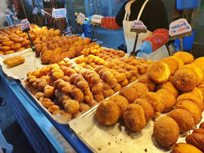 市場の揚げドーナツ