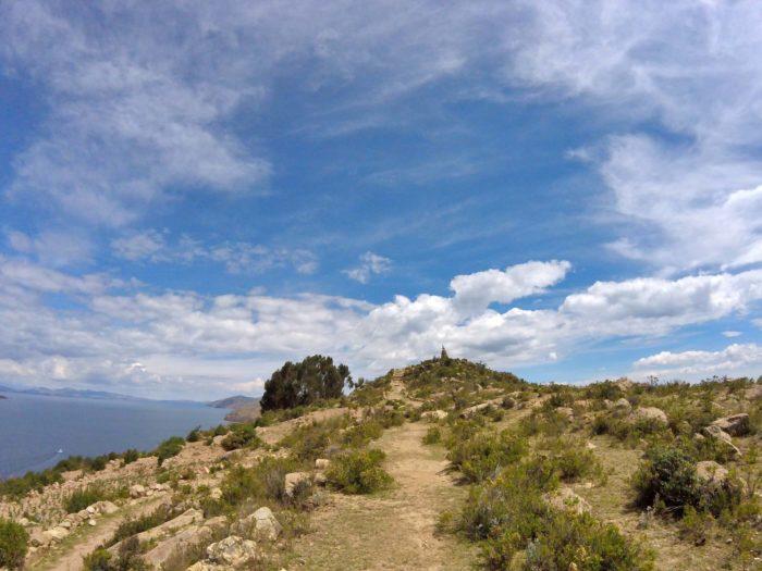 頂上へ続く大パノラマの草地