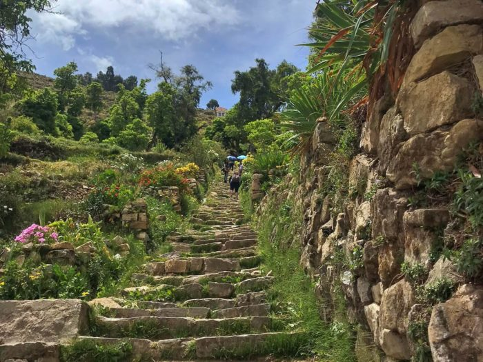 急傾斜の石階段