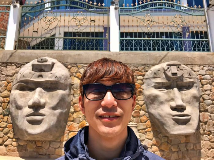 大きな顔の石像と彼
