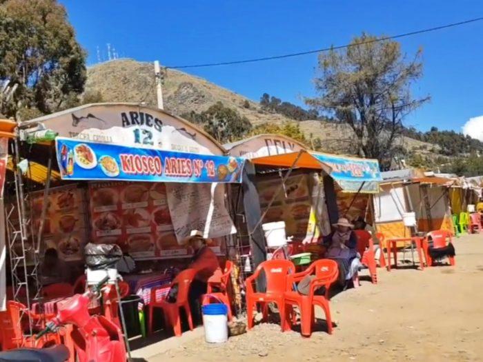 湖岸に並ぶテント張りのレストラン