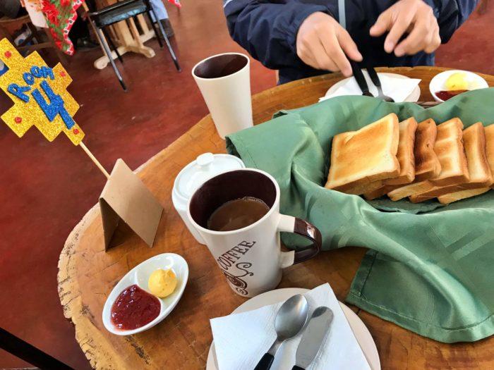 トーストとコーヒーのシンプルな朝食