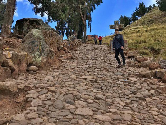 傾斜のすごい石畳の坂