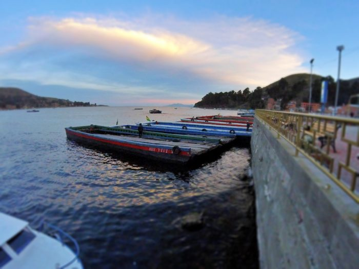 周りにタイヤのついた平ぺったいボート