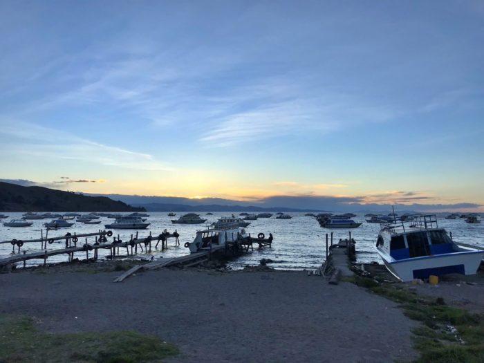 船と桟橋が映える港
