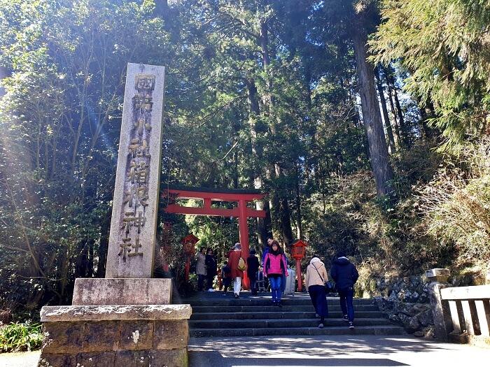 参道入口と「箱根神社」の石像