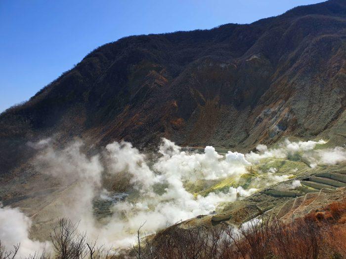 地獄谷から吹き上がる噴煙