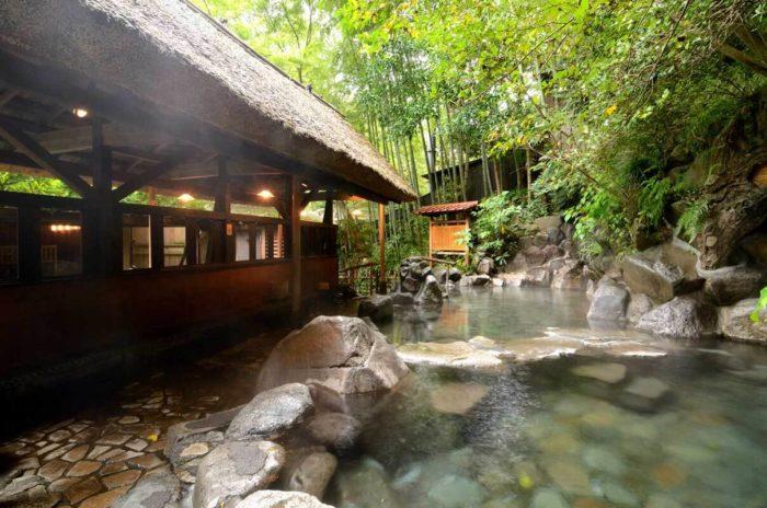 森林の中の露天風呂