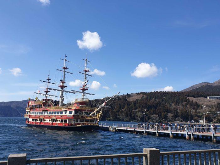 港に近づく海賊船