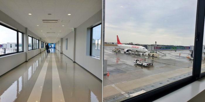 搭乗口に続く廊下と飛行機