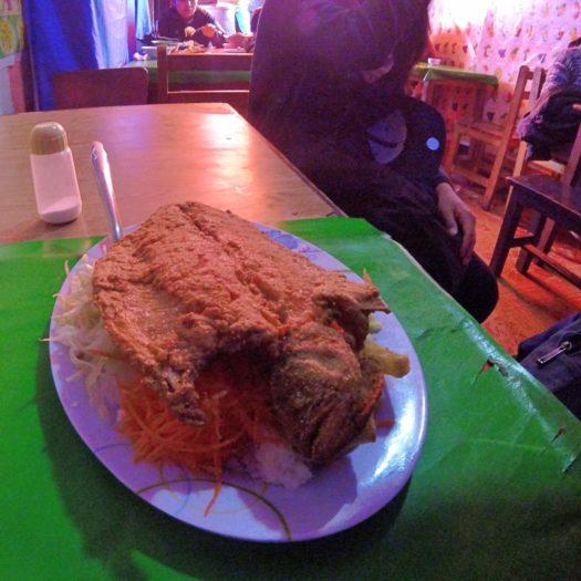 カリカリに揚げた魚のフライとポテト