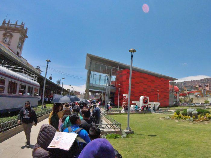 赤い真新しい駅舎と長蛇の列