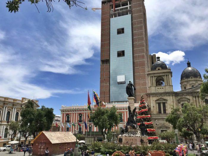 近代的建物が囲うムリリョ広場