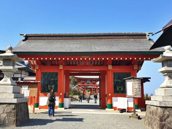 朱色の綺麗な神宮正門