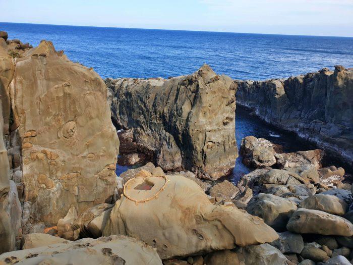 背中に小さな四角の空いた亀岩