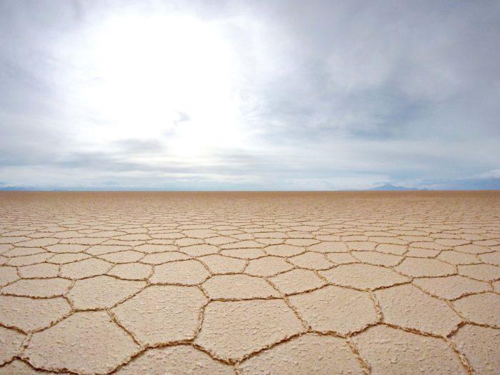 干からびたカピカピのウユニ塩湖