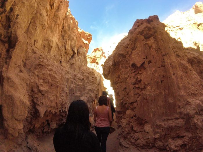 そり立った岩の間を通過