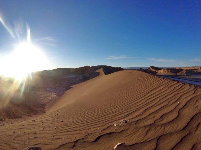 太陽となめやかな手つかずの砂漠