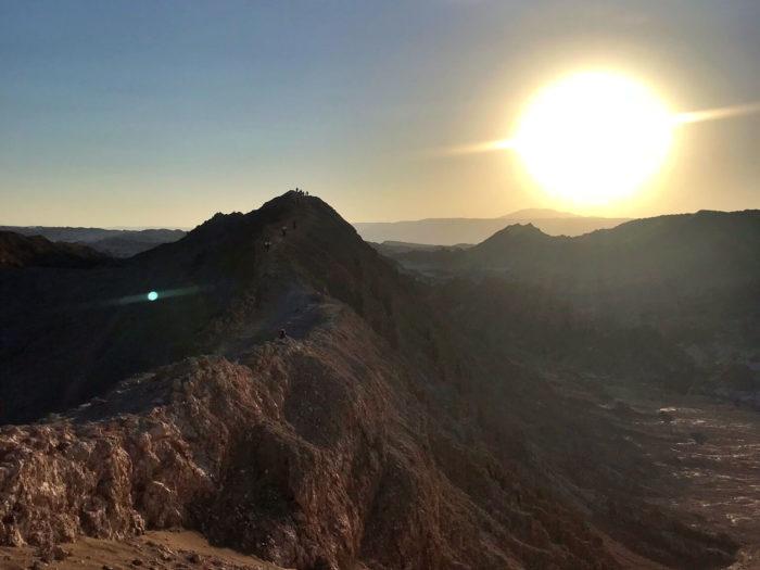 山の向こうに太陽が沈んでいく瞬間
