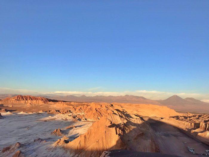 塩の大地もゴツゴツの山も眺められるポイント