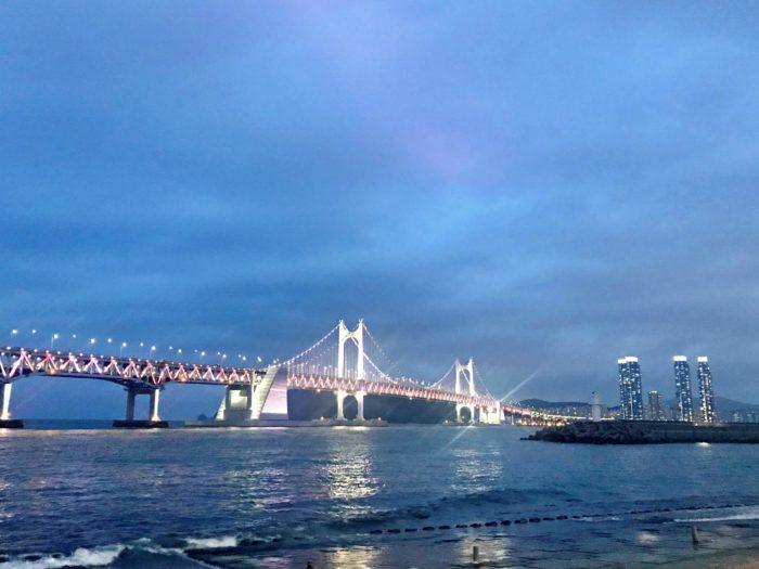 暗くなり始めたころの広安大橋