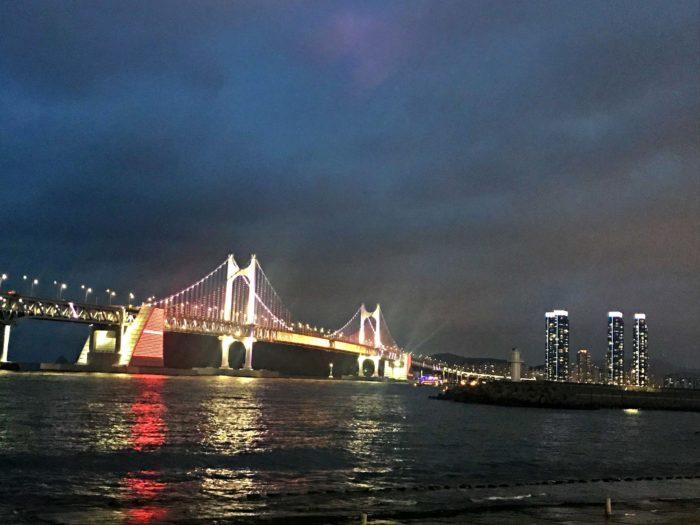 ライトアップされた夜の広安大橋