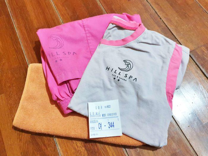 女性ピンク 男性水色の室内着とタオル