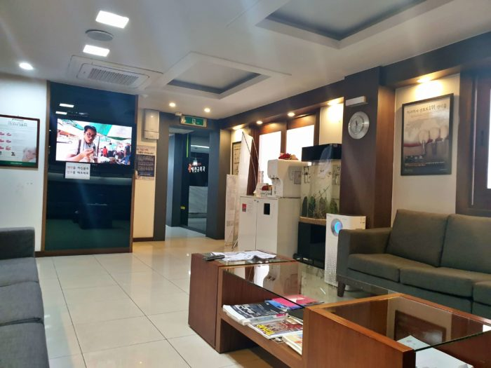 歯医者の待合室 入口方向