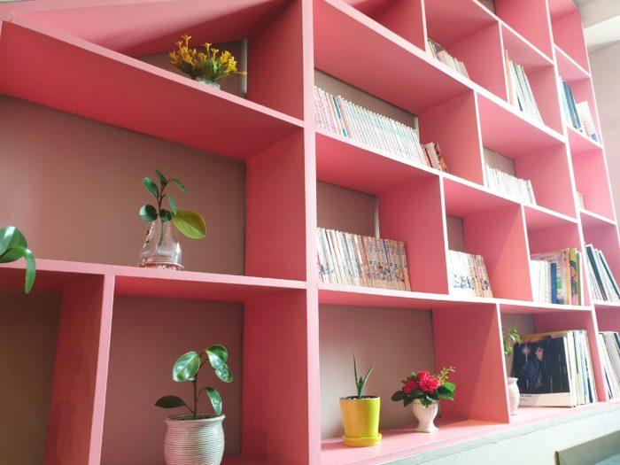 階段横のピンクの本棚