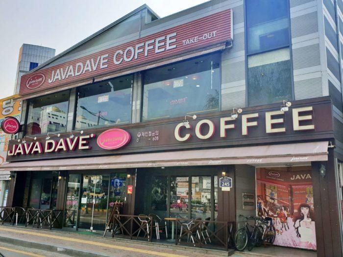 通りの角に構える2階建てカフェ