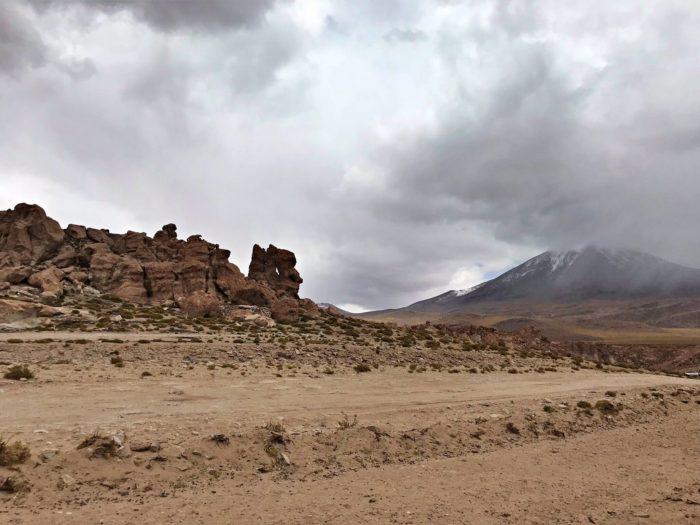 休憩所横のゴツゴツ岩と山