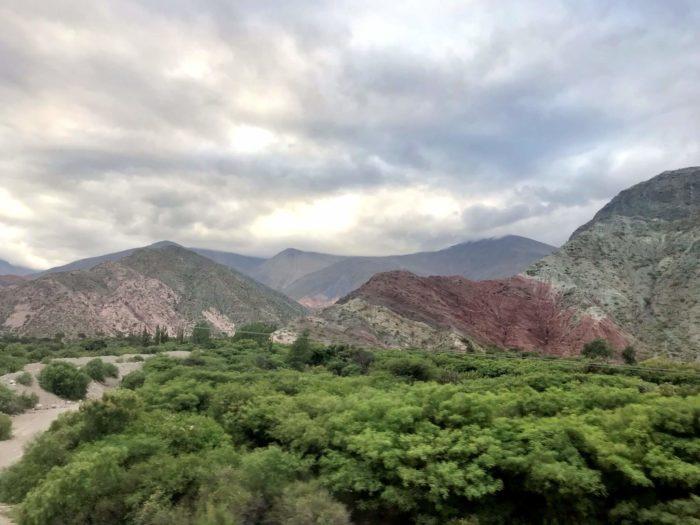 バス内からの色のついた山脈