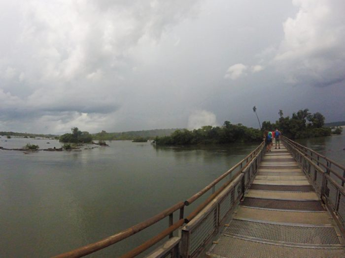 河川の上の湯歩道