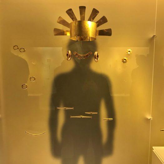 金の王冠や耳飾り