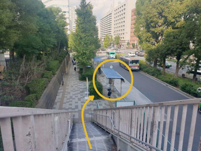 階段を下りてすぐがバス乗り場