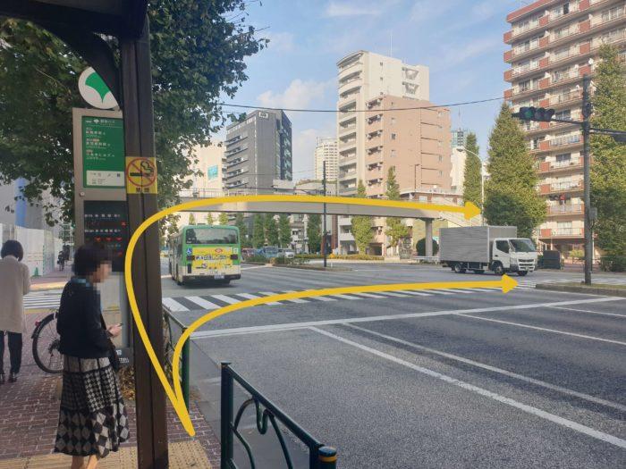 二の橋バス停から道路を渡る