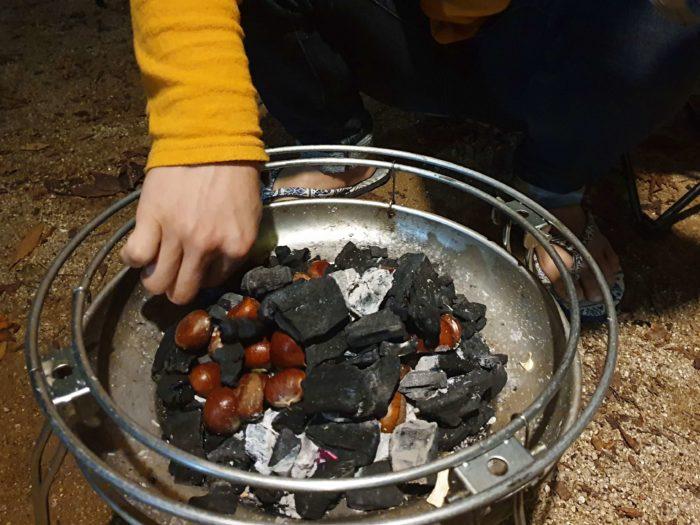 炭に栗を敷き詰める