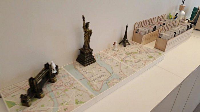3都市の地図とオブジェ