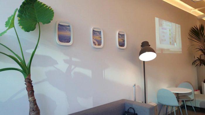 壁の飛行機窓