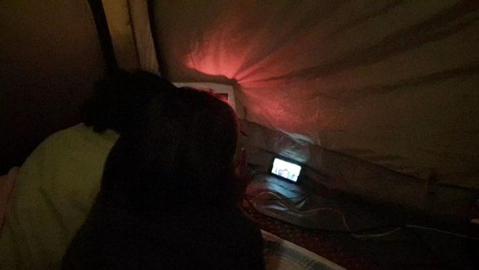 テントで寝転がってTV鑑賞