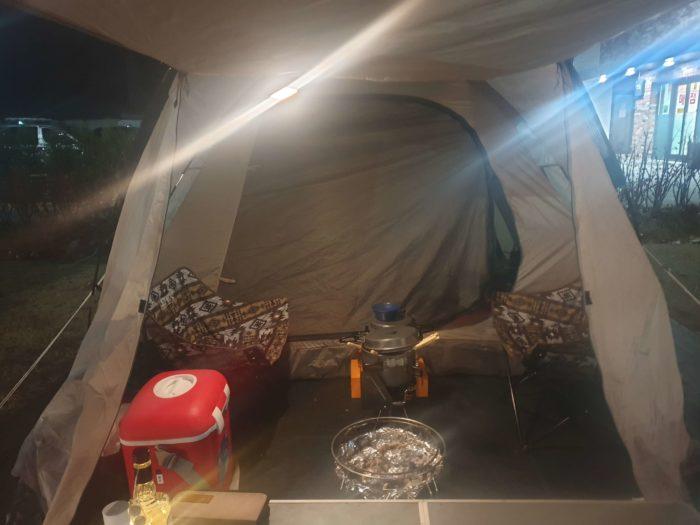 テント内にテーブル設置