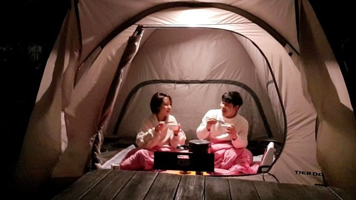 テントの中で食事