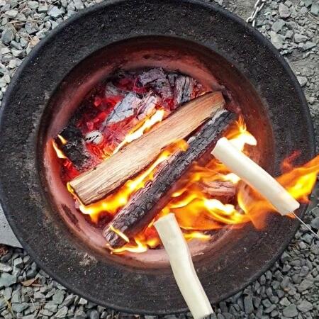 焚火で串焼きチーズ