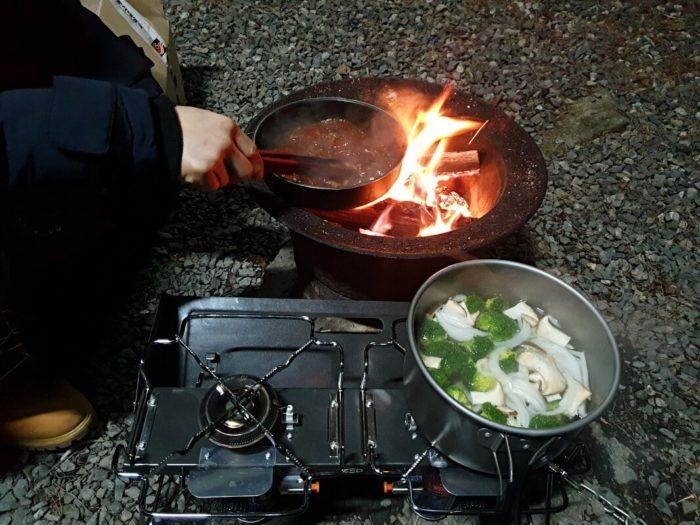 焚火とコンロで調理
