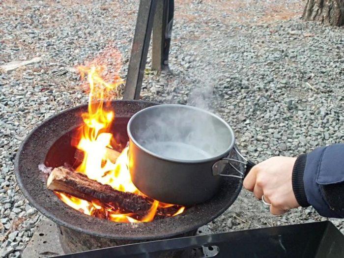 焚火でお湯を沸かして…
