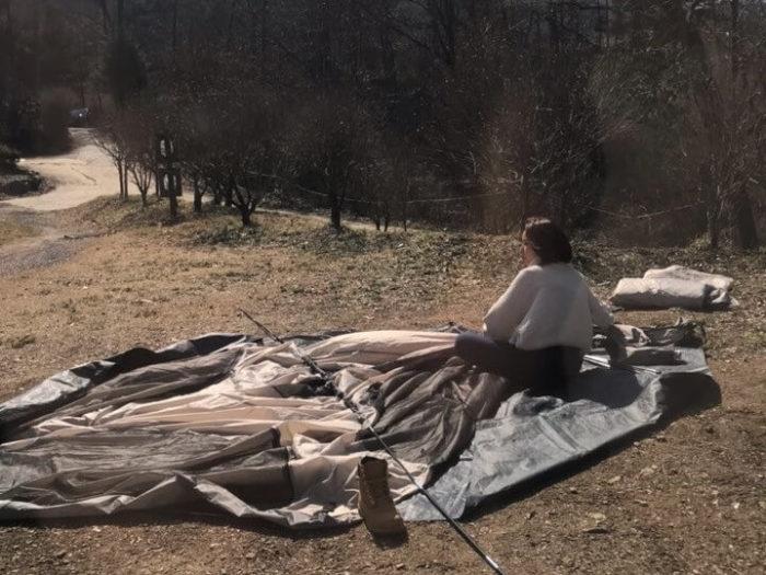 一人でテント設置中
