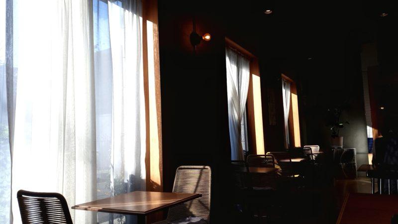 窓側のテーブル席