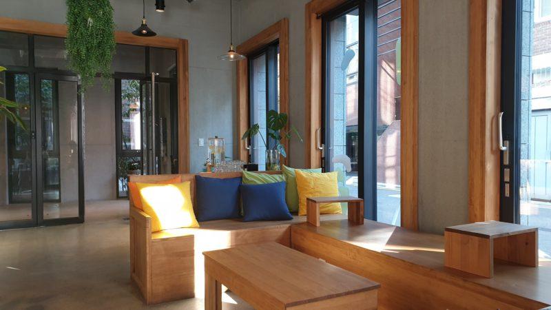 窓際の木製ソファとクッション